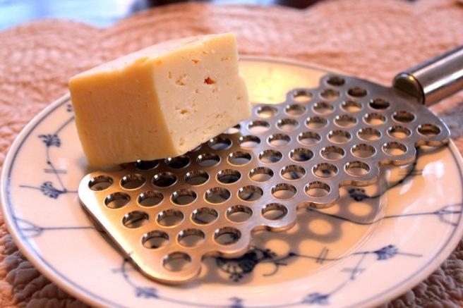 Bruk den osten du har selv om parmesan er å foretrekke. God kalsiumkilde uansett.